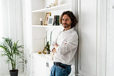 Portrait of confident man at home - p300m2143747 by Giorgio Fochesato