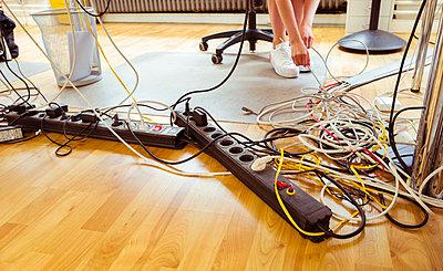 Kabelsalat unter Schreibtisch - p432m1586844 von mia takahara
