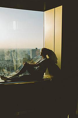 Frau blick auf Skyline von Tokio  - p432m2093401 von mia takahara