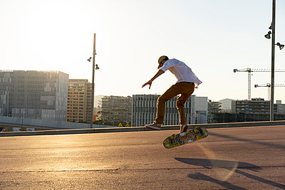 Young man riding skateboard in the city - p300m2028713 by VITTA GALLERY