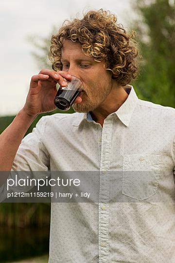 Mann mit einem Glas Wein  - p1212m1159219 von harry + lidy
