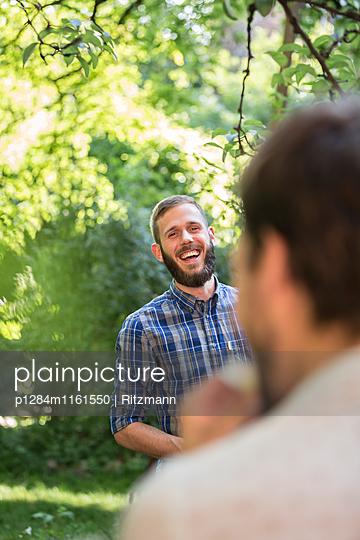 Junger Mann im Park - p1284m1161550 von Ritzmann