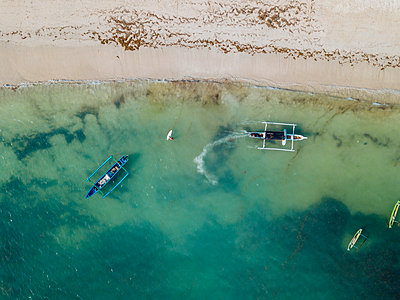 Aerial view of traditional boats - p1166m2157319 by Cavan Images