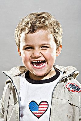 Lachender Junge - p2687162 von Christof Mattes