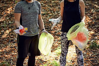 Couple plogging in forest - p300m2140773 von Zeljko Dangubic