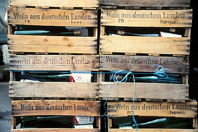Vine bottles in crates, Weinstrasse, Pfalz, Germany - p300m878438 by Gaby Wojciech