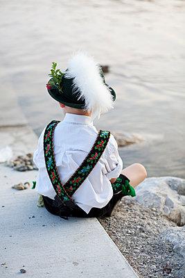 Kleiner Junge am See - p441m886150 von Maria Dorner