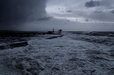 Abenddämmerung an der Küste - p910m1159396 von Philippe Lesprit
