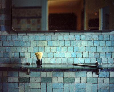 Rasierpinsel im Badezimmer - p945m2028049 von aurelia frey