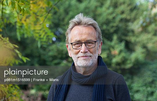 Portrait im Park - p981m1516599 von Franke + Mans