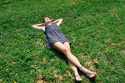 Young woman in the meadow relaxing - p586m1041893 by Kniel Synnatzschke