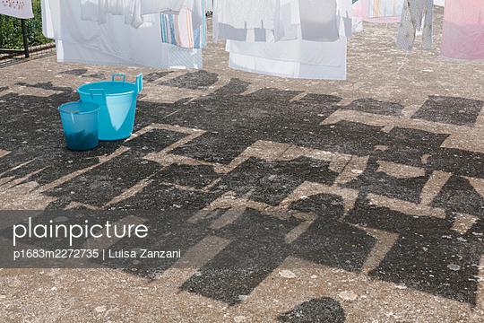 Laundry day - p1683m2272735 by Luisa Zanzani