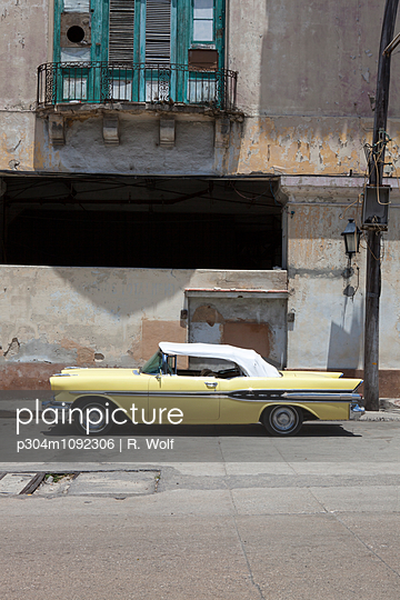 Vintage car in Havana - p304m1092306 by R. Wolf