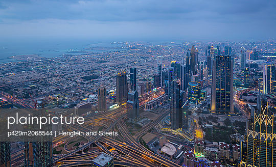 Skyscrapers along Sheikh Zayed Road, Dubai, UAE - p429m2068544 by Henglein and Steets