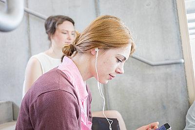 Studentin und Freundin hören Musik mit Kopfhörer - p1284m1452106 von Ritzmann