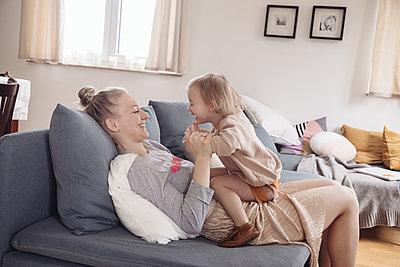 Mutter und Tochter - p809m1442002 von Angela Elbing