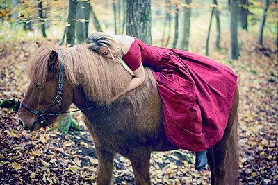 Frau im roten Kleid mit Pferd - p992m1194549 von Carmen Spitznagel