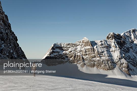 Mann geht nackt auf einem Gletscher - p1383m2020741 von Wolfgang Steiner