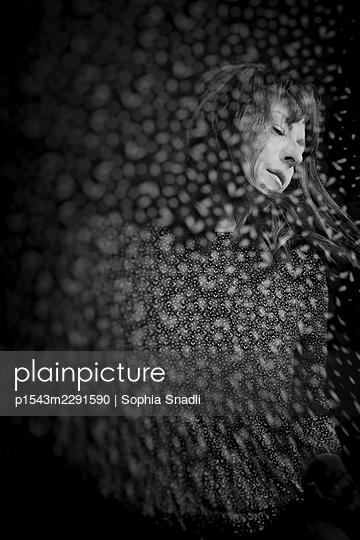 Woman with brunette hair, portrait - p1543m2291590 by Sophia Snadli