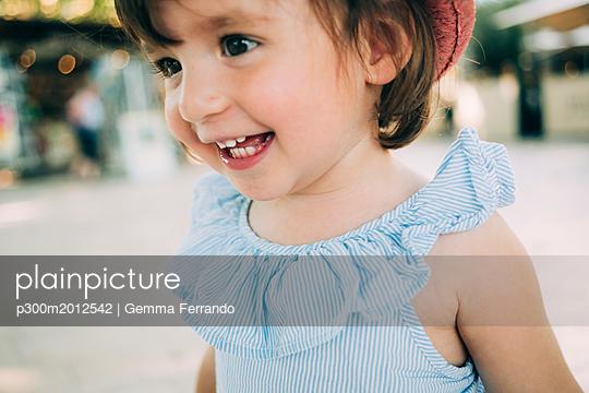 Portrait of happy toddler girl outdoors - p300m2012542 von Gemma Ferrando