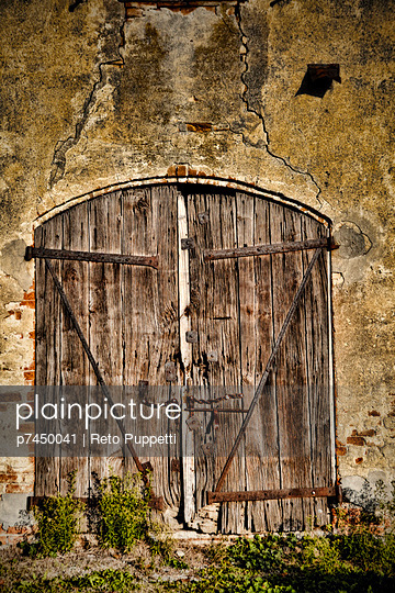 Door in Italy;  Tuscany - p7450041 by Reto Puppetti