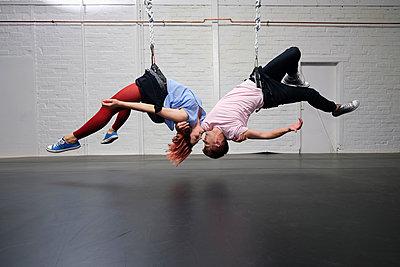 Modern aerialist dancers performing, hanging upside-down - p301m2075730 by Sven Hagolani