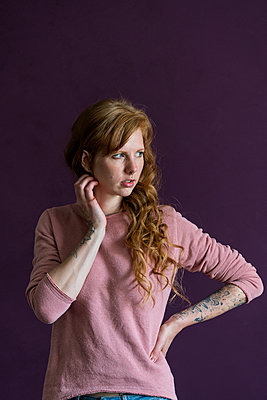 Red-haired woman with tattoos - p427m1462077 by Ralf Mohr
