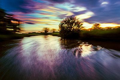 Verschwommener Blick auf die Themse bei Sonnenuntergang mit Lichteffekten - p1057m1575425 von Stephen Shepherd