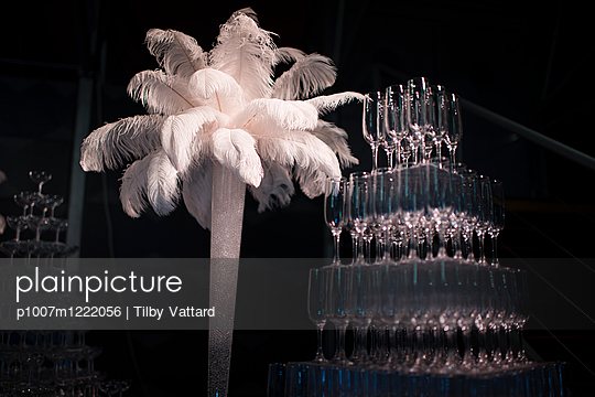 Pyramid of champagne glasses and feathers - p1007m1222056 by Tilby Vattard