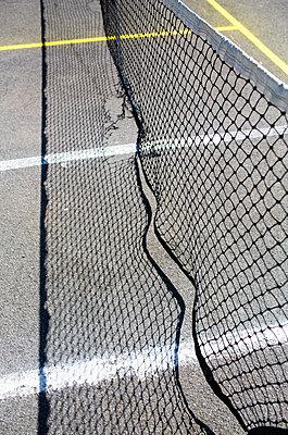 Beschädigtes Netz auf einem Tennisplatz - p1057m1425748 von Stephen Shepherd