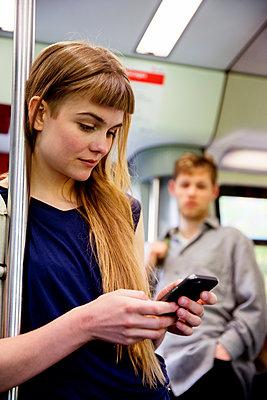 Junge Frau in Bahn - p1212m1138850 von harry + lidy