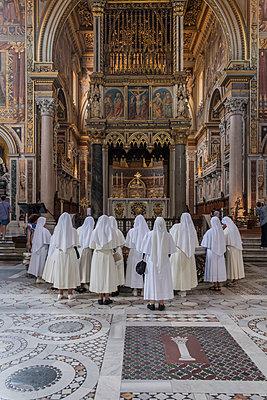 Ordensschwestern in einer römischen Kirche - p1437m2008235 von Achim Bunz