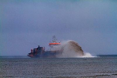 Baggerschiff - p417m913097 von Pat Meise