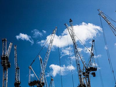 Baukräne unter blauem Himmel - p1082m1466468 von Daniel Allan