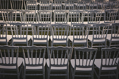 White chairs - p1150m2014699 by Elise Ortiou Campion