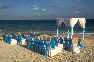 Wedding at the beach - p162m892737 by Beate Bussenius
