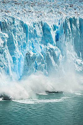 Ice from Perito Moreno Glacier falling into Lake Argentino, Los Glaciares National Park, Patagonia, Chile - p429m1495972 by Manuel Sulzer