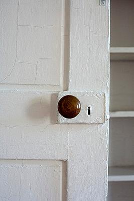 Alte Tür - p635m760574 von Julia Kuskin
