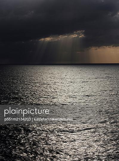 Dramatischer Himmel über dem Meer - p551m2134203 by Kai Peters