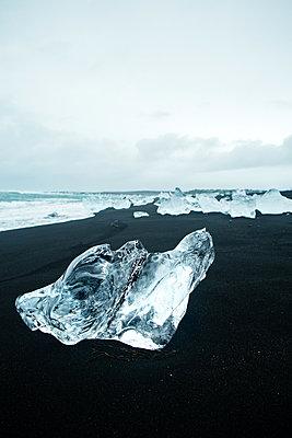 Eisblöcke am schwarzen Strand - p1396m1461207 von Hartmann + Beese