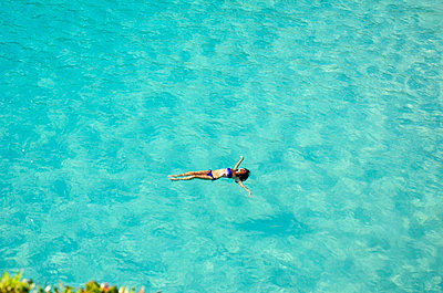 Woman floating in the sea II - p885m858310 by Oliver Brenneisen