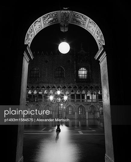 Dogenpalast bei Hochwasser (Acqua Alta), Venedig - p1493m1584575 von Alexander Mertsch