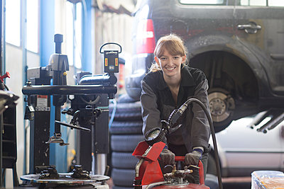 Female car mechanic working in repair garage - p300m2156662 by Sigrid Gombert