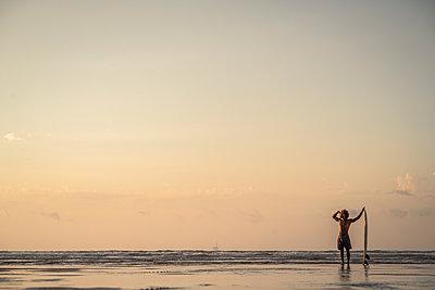 FITNESS AFRICAN AMERICAN BOY ON THE BEACH, LAGA BEACH, BASQUE COUNTRY, SPAIN - p300m2221405 von SERGIO NIEVAS