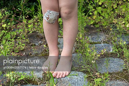 Kind im Garten - p1308m2057174 von felice douglas