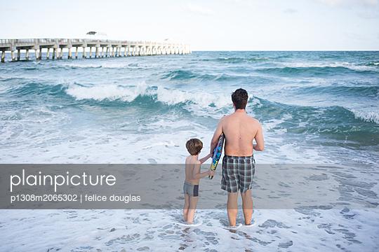 Vater und Sohn im Meer - p1308m2065302 von felice douglas