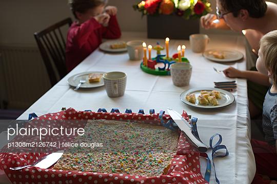 Child´s birthday - p1308m2126742 by felice douglas