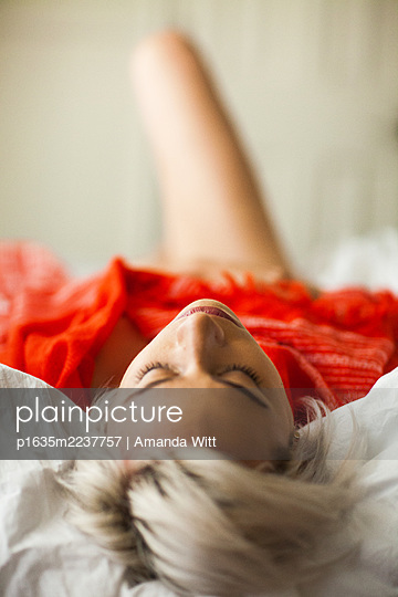 Young woman sleeping in bed, portrait - p1635m2237757 by Amanda Witt