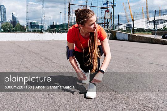 Fitness woman in the city. London, England. - p300m2287158 von Angel Santana Garcia