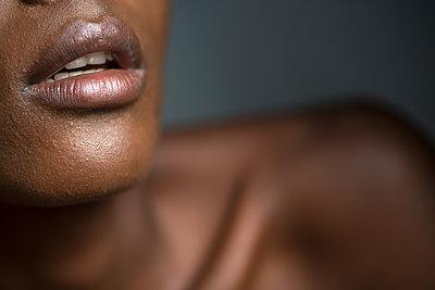 Sexy Lippen einer afrikanischen Frau - p427m1462316 von R. Mohr